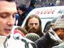 protesti-5-izbliza-govornik-i-covek-s-bradom.jpg